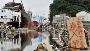 2011 Japonya depremi sırasında bazı insanlar hayatları tehlikede olduğu halde süpermarkette şişeleri tutmaya çalışıyordu.