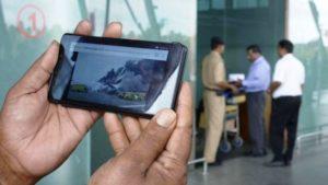 Geçen yıl Dubai'de uçak acil iniş yaparken kimi yolcular bagajlarını almaya çalışıyordu.
